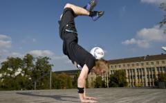 Dominik mit dem fussball